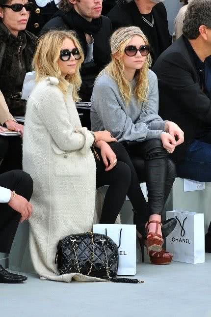 Mary-Kate e Ashley Olsen no desfile da Chanel