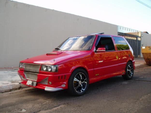 Fiat Uno vermelho tunado