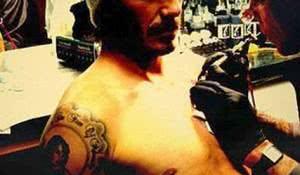 David Beckham fazendo tatuagem