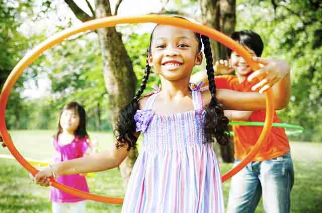 Brincar de bambolê faz com que a criança treine sua habilidade e coordenação motora