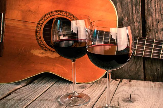 Um violão e duas taças de vinho