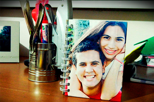 Ande sempre com uma recordação importante cobrindo o caderno escolar com fotografias
