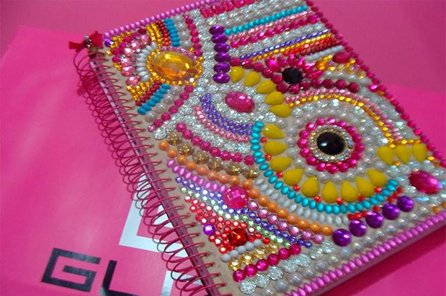 Invista na beleza do seu caderno escolar encapando o mesmo com pedraria