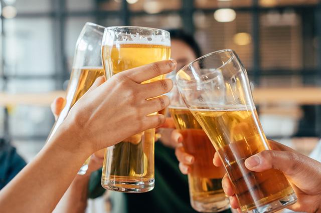 Copos cheios de cerveja