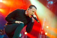 Quais músicas marcaram a carreira de Chester Bennington, vocalista do Linkin Park