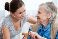 Cuidador de idosos: O que faz e quanto ganha?
