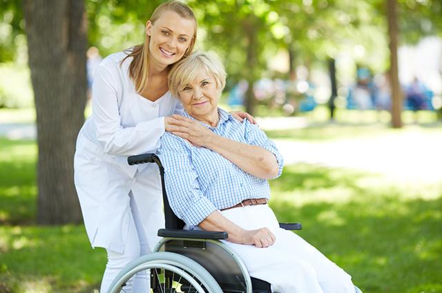 Existem vários cursos de cuidador de idosos oferecidos por escolas profissionalizantes