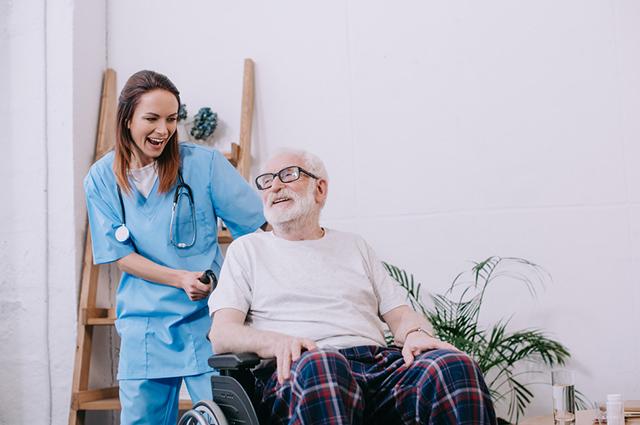 O cuidador de idosos fica responsável pelos remédios, alimentação, higiene e cuidados básicos