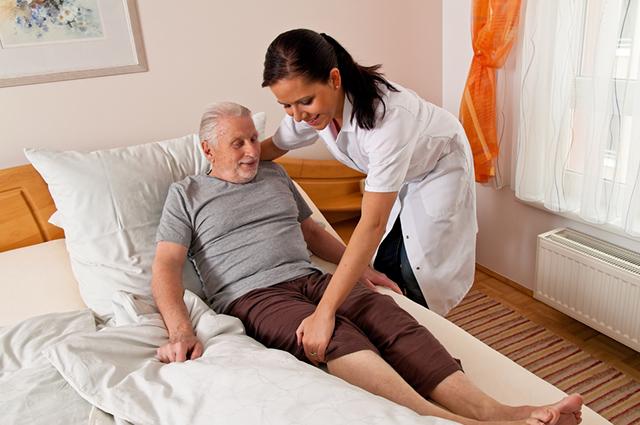 O curso de cuidador de idosos pode ser feito na Cruz Vermelha ou Senac