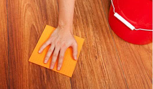 Como remover manchas de piso de madeira