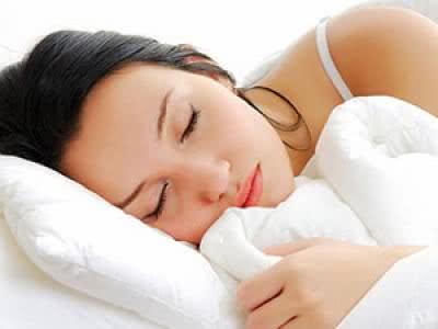 Dormir com o cabelo molhado faz mal?