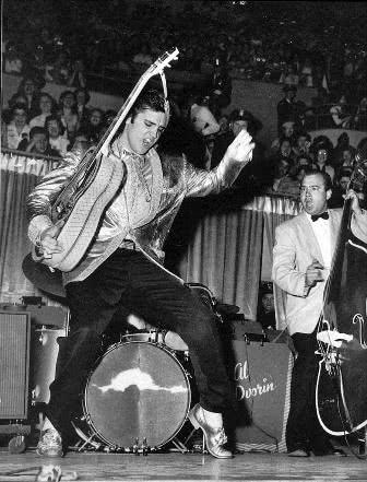 Elvis Presley em uma apresentação ao vivo