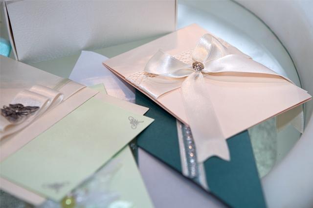 Envelopes para recadinhos é uma das pedidas para a mesa do noivado