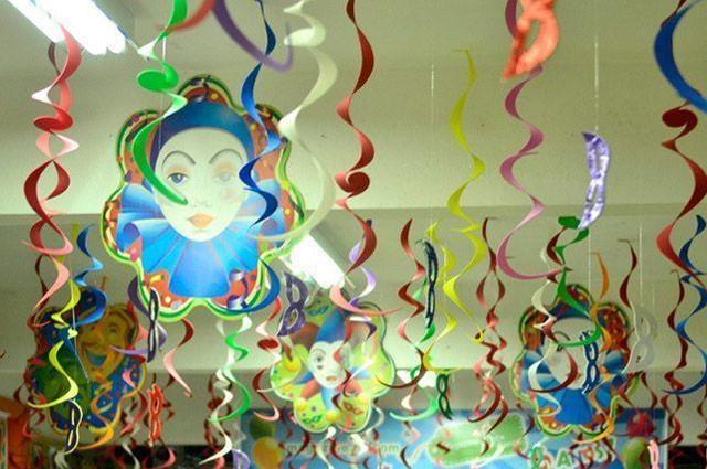 Deixe o seu salão de eventos bem decorado de Carnaval com figuras e fitas coloridas
