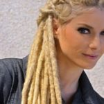 Atriz com dreadlocks
