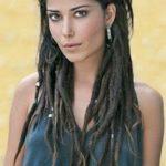 Morena com dreads