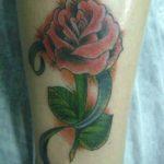 Tatuagem de flor na perna