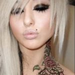 Tatuagem no pescoço feminina