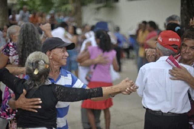 Imagem de casais dançando forró