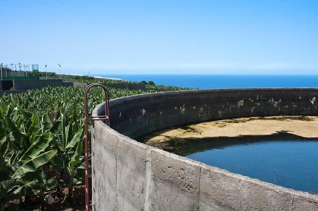 Imagem de cisterna em meio a -plantação