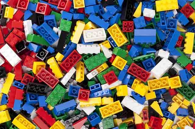 Enquanto brinca de lego a criança trabalha o raciocínio, a criatividade e a coordenação motora