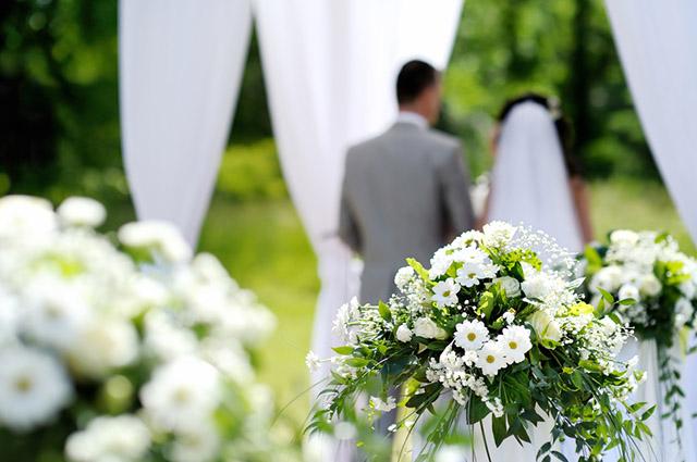 Casal de noivos no altar