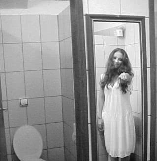 Reflexo da loira do banheiro