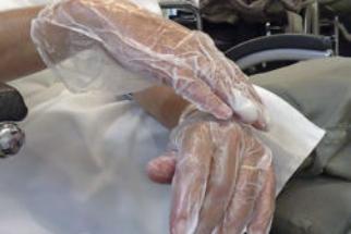 Luvas amolecedoras de cutículas: como usar