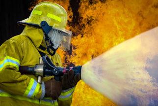 Descubra o que faz um bombeiro
