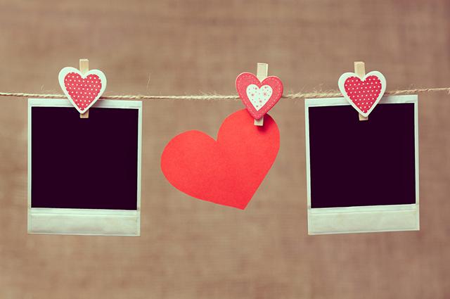 Para fazer um mural de fotos para noivos basta ter criatividade e buscar harmonizar com a decoração