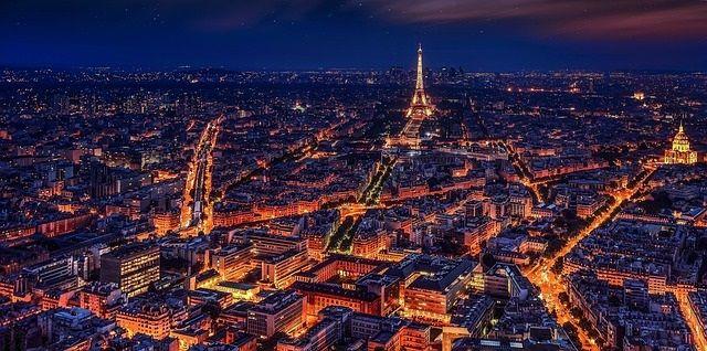 Paris, França, à noite