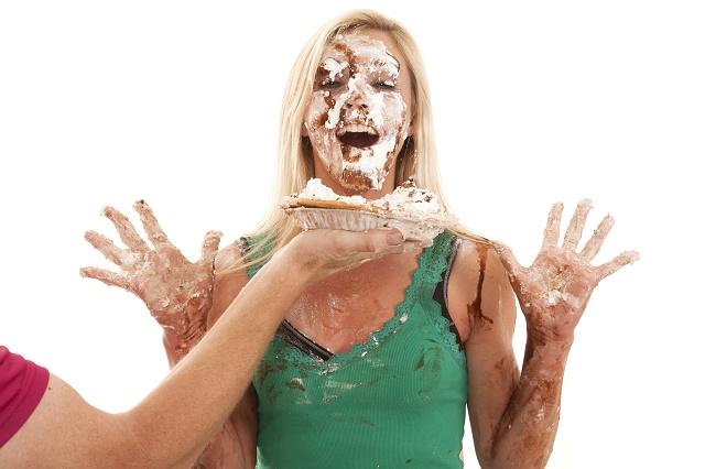 Mulher com torta na cara