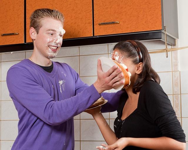 Menina levando torta na cara