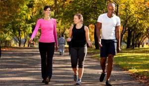 pessoas-caminhando-em-parque