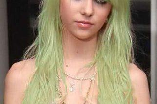 Por que cabelo loiro fica esverdeado na piscina?