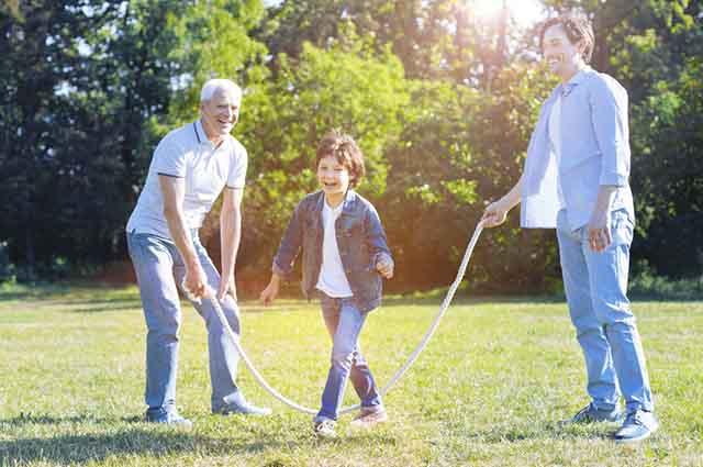 Pular corda é uma brincadeira educativa e que estimula a atividade física