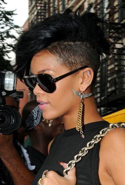 Rihanna com mais um corte de cabelo exótico