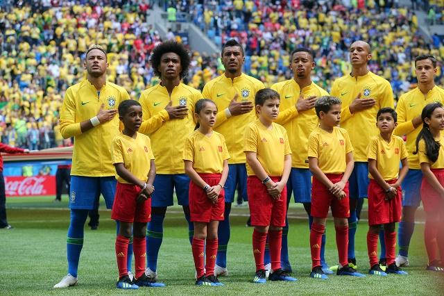 Seleção brasileira cantando hino