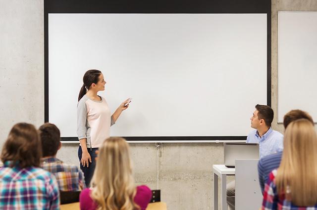 Mulher apresentando trabalho para colegas
