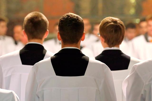 Seminaristas de costas para a imagem