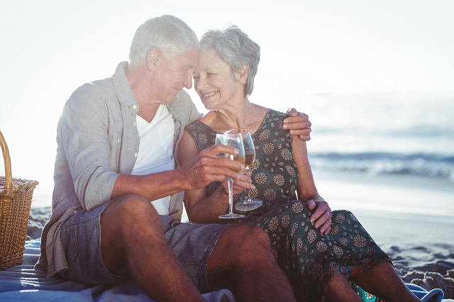 Casal idoso brindando