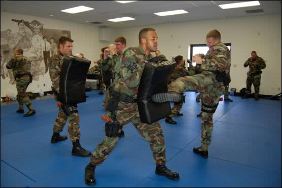 Soldados treinando Krav Magá
