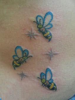 Tatuagens de abelha na barriga