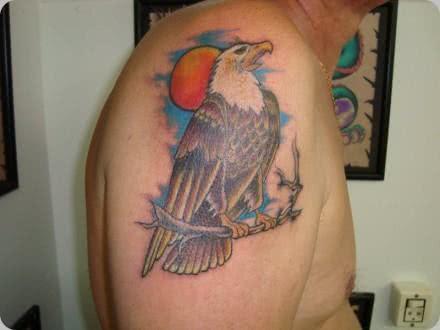 Águia tatuada no braço
