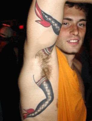 Tatuagem bizarra no braço