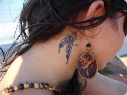 Penas indígenas no pescoço