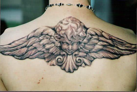 Belas asas de anjos nas costas