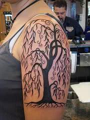 Bela árvore desenhada no braço