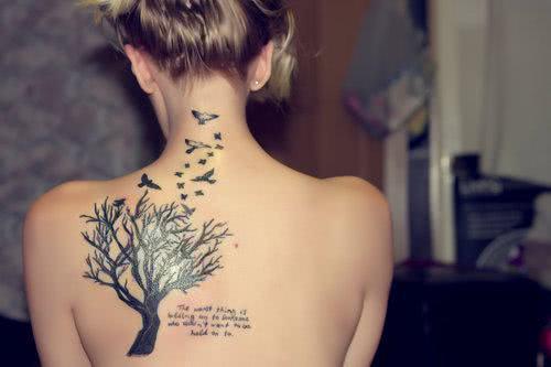 Tatuagem de árvore nas costas
