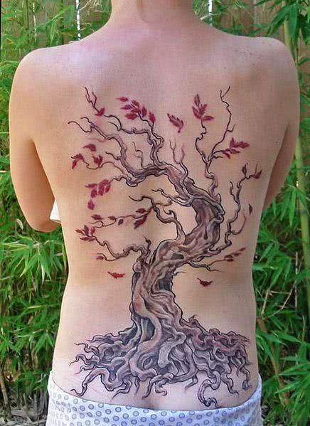 Tatuagem nas costas de árvore bem antiga
